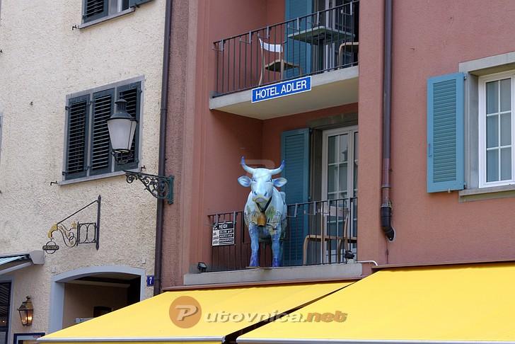 Zürich - Skulptura krave na balkonu  Galerije slika na Putovnica.net